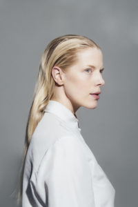Sandra Kolstad, mot grå bakgrunn